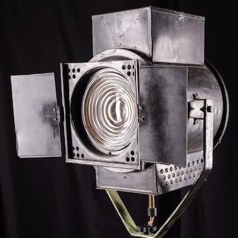 Vintage teatralne światło punktowe na czarnej powierzchni.
