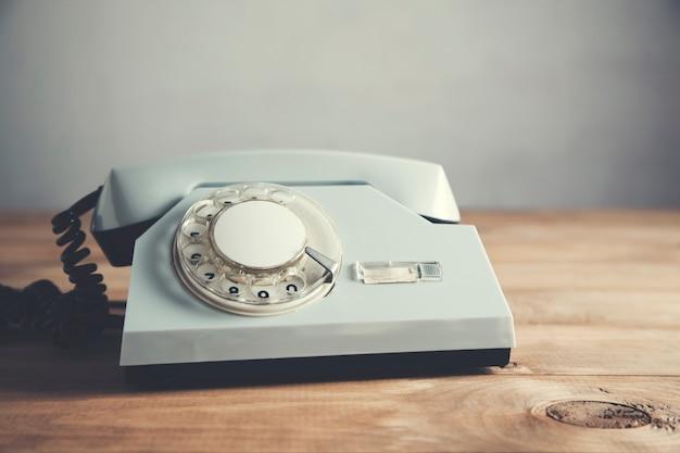 Vintage telefon na drewnianym stole