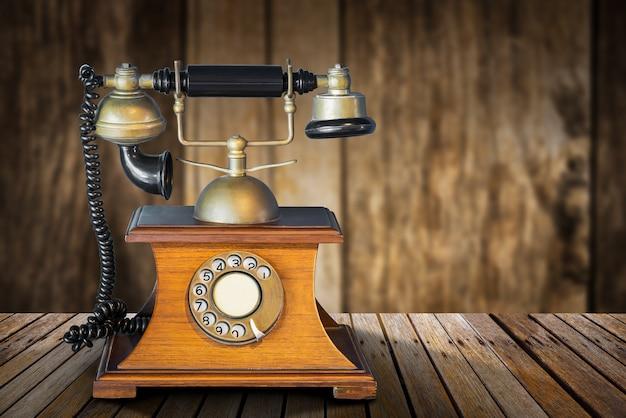 Vintage telefon na stole