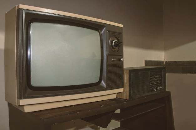 Vintage tv i radio na stole