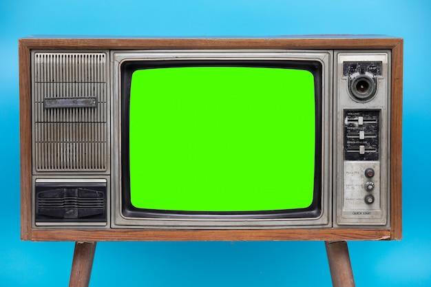 Vintage tv na białym tle na niebieskim tle.