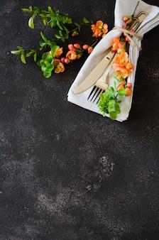 Vintage ustawienie stołu z delikatnymi kwiatami na ciemnym tle
