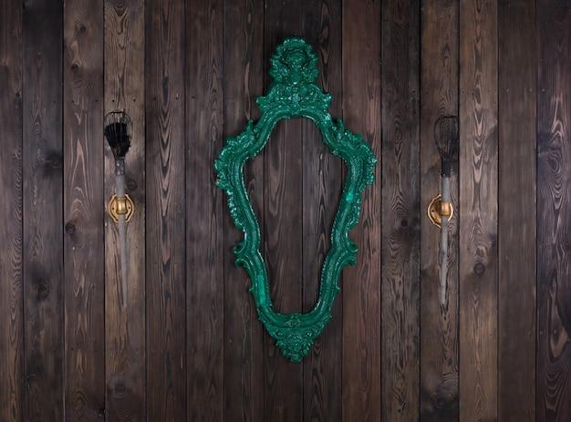 Vintage wiktoriańska rama na drewnianej ścianie