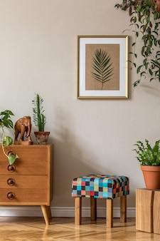 Vintage wystrój salonu z designerskimi stołkami i komodą w stylu retro, roślinami, kaktusami, drewnianą kostką, akcesoriami i złotą ramą na beżowej ścianie. stylowy wystrój domu...