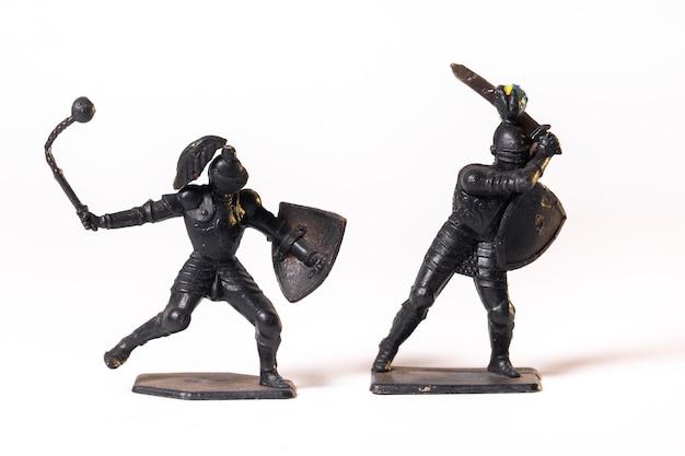 Vintage zabawki rycerze czarni na białym tle.