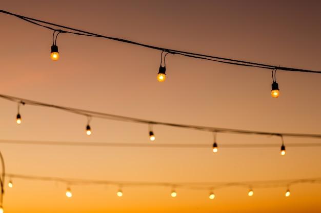 Vintage żarówki na sznurku przed zachód wystrój w zewnątrz wesele imprezie impreza