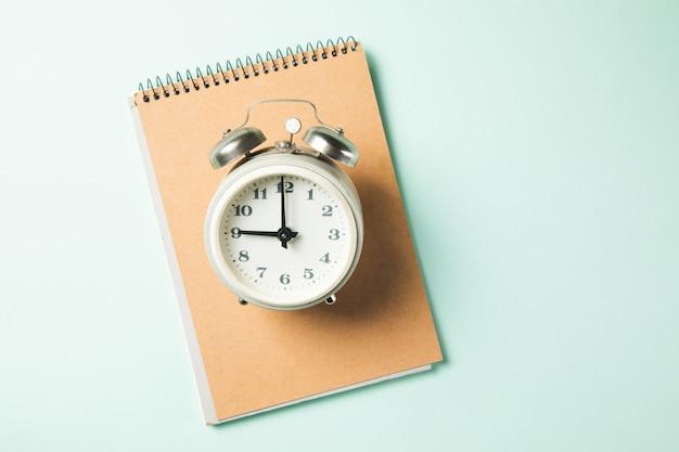 Vintage zegar na notebooku na stole