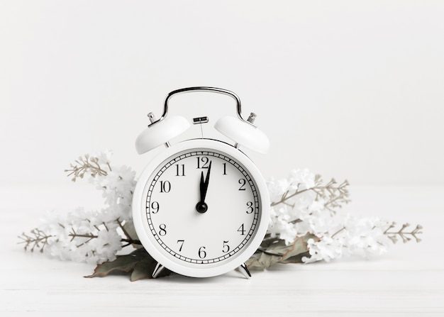 Vintage zegar z białymi kwiatami