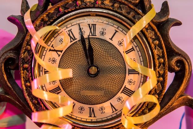 Vintage zegar z kolorowymi serpentynami i pudełkami na prezenty. koncepcja nowego roku