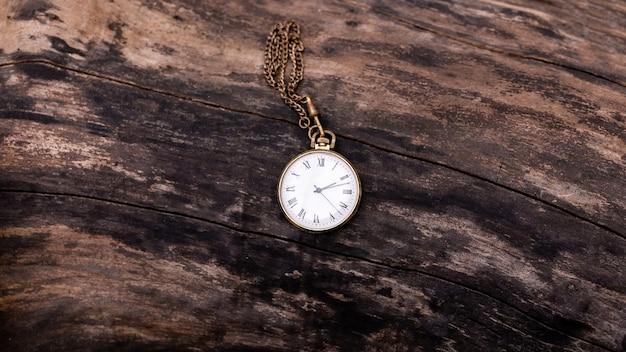 Vintage zegarek kieszonkowy na drewnianym tle