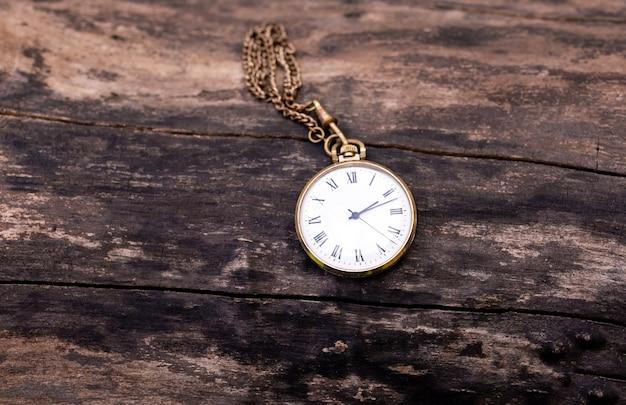 Vintage zegarek kieszonkowy na starym drzewie