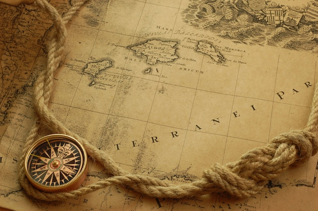 Vintage zegarek naszyjnik na mapie starego świata