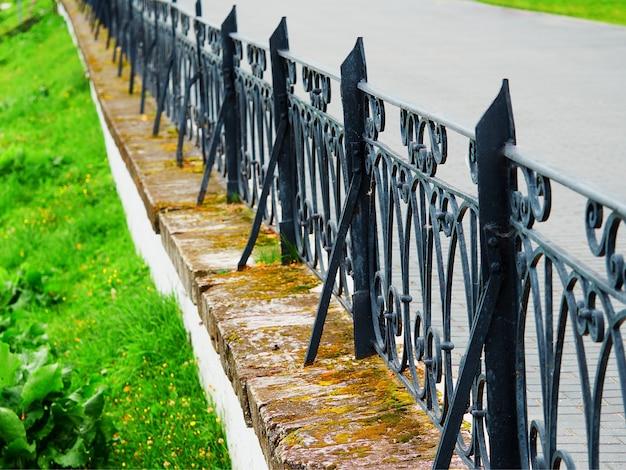 Vintage żelazne ogrodzenie bokeh tło