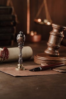 Vintage znaczek, drewniany młotek i testament. kancelaria notarialna. obraz pionowy