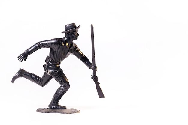 Vintage żołnierz czarny zabawka na białym tle na białej powierzchni