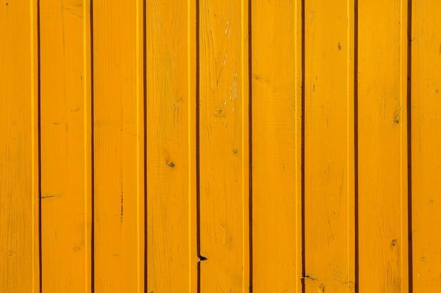 Vintage żółta tekstura drewna z sękami i otworami na gwoździe