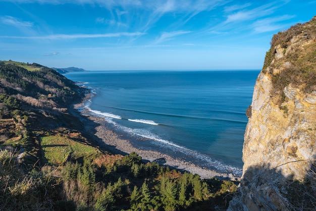 Vista w kierunku dęby idąc wzdłuż wybrzeża od dęby do zumaii. kraj basków