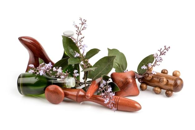 Vitex trifolia purpurea kwiaty, zielone liście i olej na białym tle.