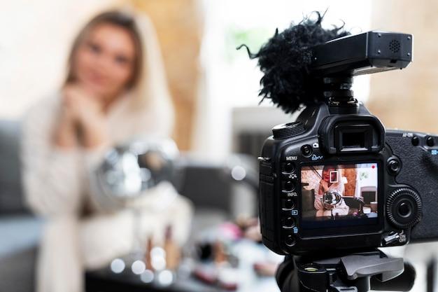 Vlogger kosmetyczny robi film