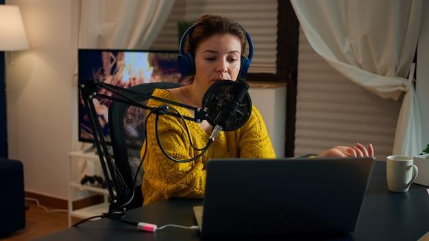 Vlogger na antenie podczas pokazu online za pomocą laptopa, czytając e-maile. kreatywny program online produkcja na żywo, gospodarz transmisji internetowej, przesyłający treści na żywo, nagrywający cyfrową komunikację w mediach społecznościowych