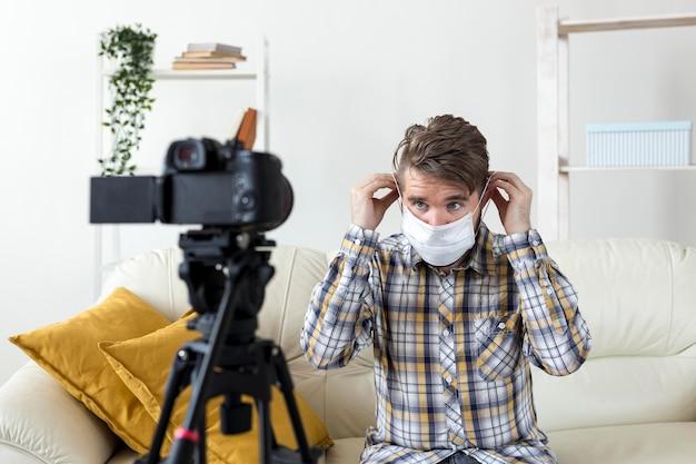 Vlogger nagrywa wideo na kanał social media