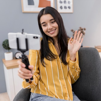 Vlogger w domu ze smartfonem