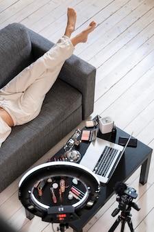 Vloggerka kosmetyczna przygotowująca się do prowadzenia wideobloga