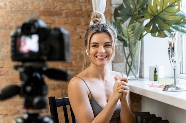 Vloggerka zajmująca się urodą, kręcąca film w pomieszczeniu