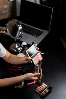 Vloggerka zajmująca się urodą, która tworzy film dla swoich obserwatorów online