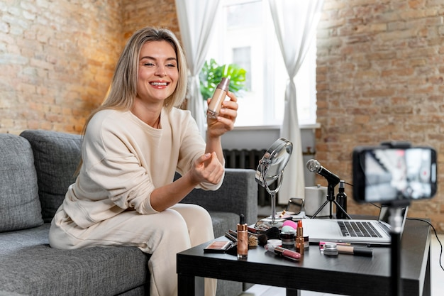 Vloggerka zajmująca się urodą, robiąca wideo dla swoich obserwujących