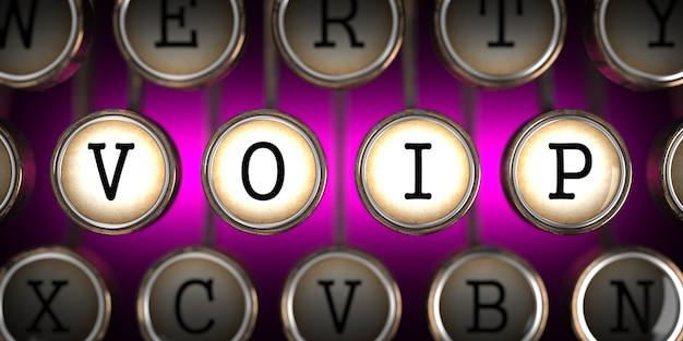 Voip - voice over internet protocol - na klawiszach starej maszyny do pisania na różowym tle.