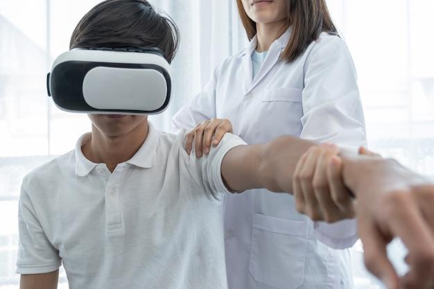 Vr box z pacjentem mężczyzna kobieta lekarz wykonujący fizjoterapię poprzez wyciągnięcie ręki