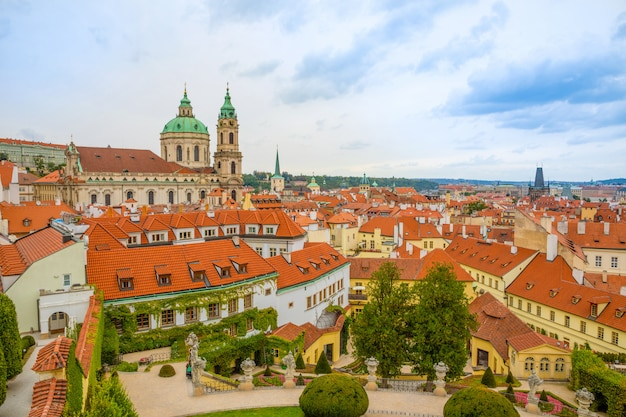 Vrtba ogród lub vrtbovska zahrada i widok na stare miasto w pradze, republika czeska