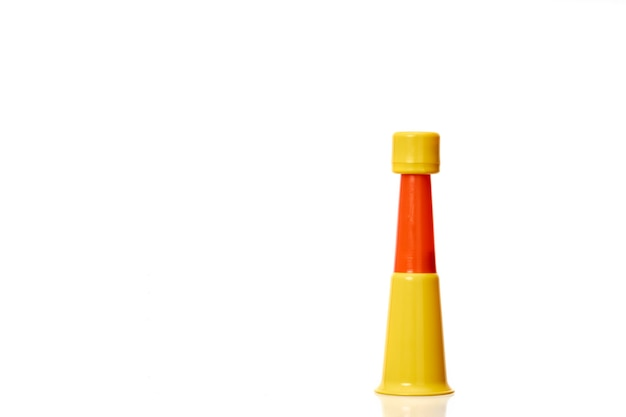 Vuvuzela czerwony naprzemiennie żółty doping trąbka wsparcia piłki nożnej na białym tle