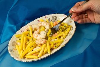 Włoski makaron z szafranem i krewetkami
