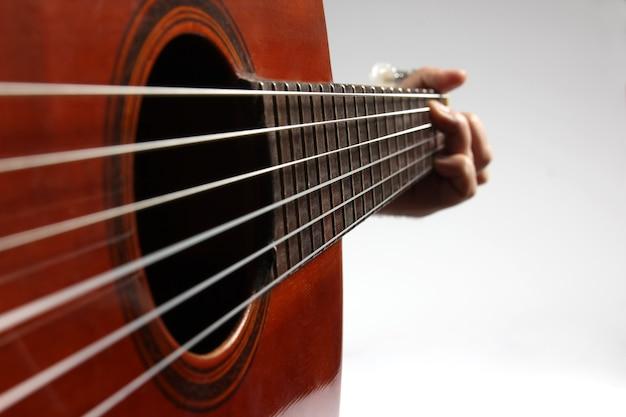 W akordzie grającym na gitarze klasycznej zbliżenie