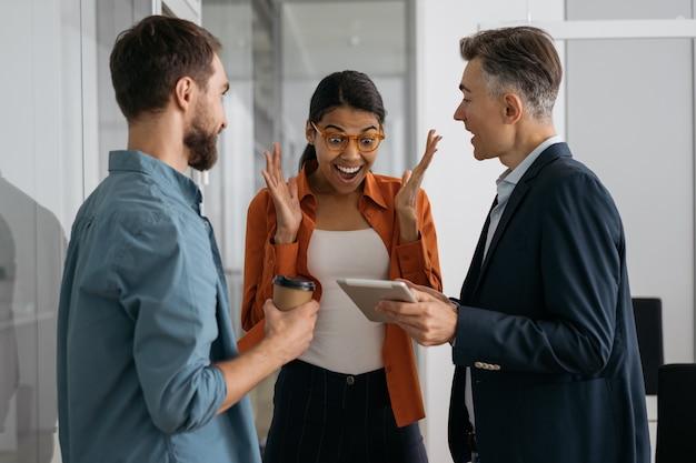W biurze rozpoczynają się spotkania z wielorasowymi ludźmi biznesu, którzy planują spotkanie.