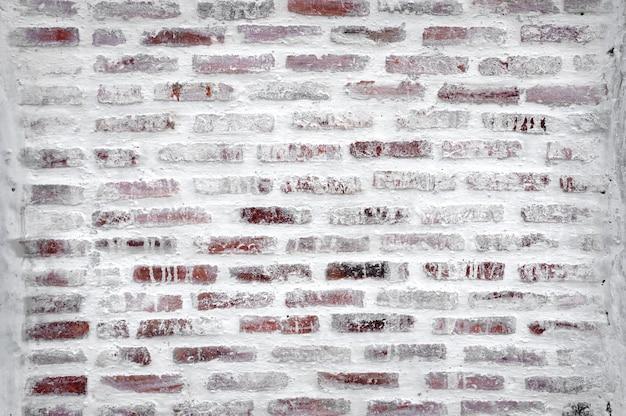 W budowie mur z cegły
