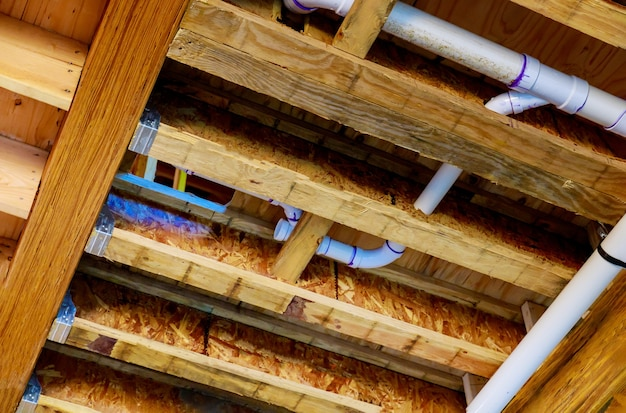 W budowie nowy dom wannowy system kanalizacyjny z pvc szorstka instalacja sanitarna rura odpływowa łazienki i kompletne