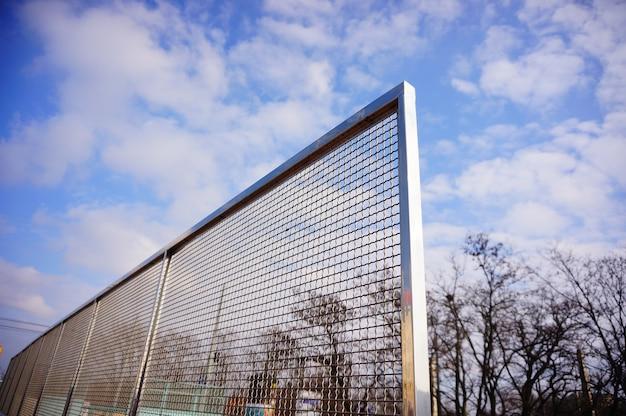 W ciągu dnia ogrodzenie w pobliżu kortów tenisowych
