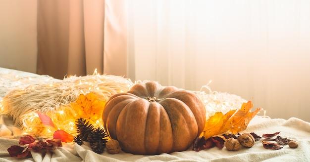 W domu ozdobiona girlandą z dyni, szyszek, orzechów i jesiennych liści. piękna scena koncepcja festiwalu jesień wakacje jesień, żniwa