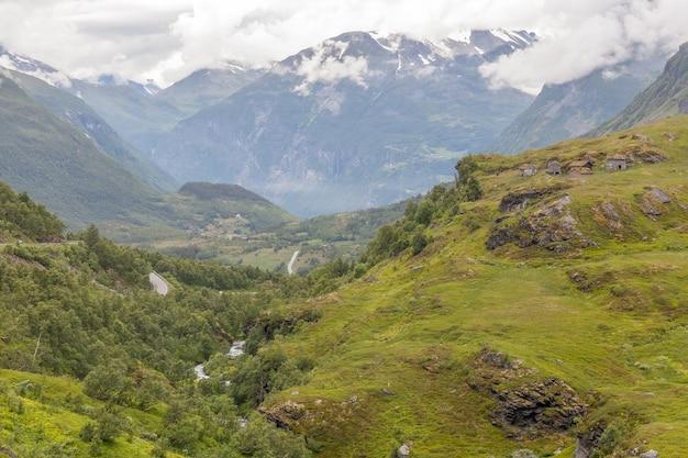 W drodze do miejsca widokowego na górze dalsnibba. norwegia z fiordami geiranger