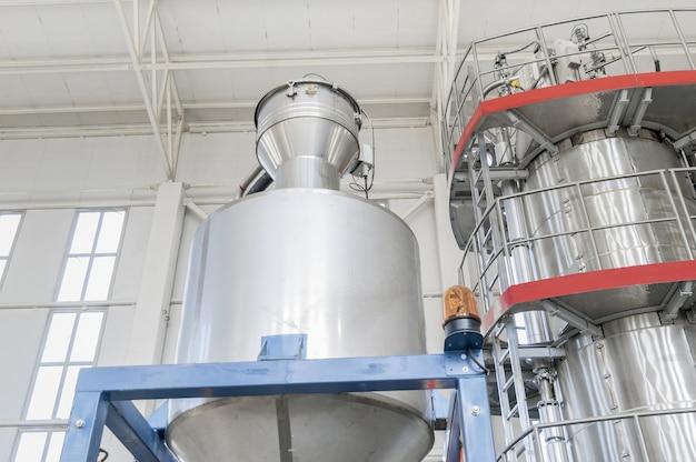 W fabrycznych pojemnikach przemysłowych zbliżenie. zbiorniki przemysłowe zbliżenie widok od dołu