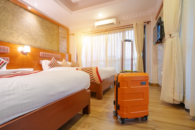 W holu hotelu stoją duże walizki
