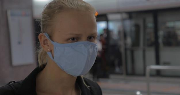 W hongkongu w chinach w metrze młoda dziewczyna nosi maskę medyczną medical