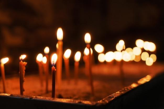 W kościele zapalają się kościelne znicze