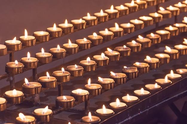 W kościele zapalono wiele świec.