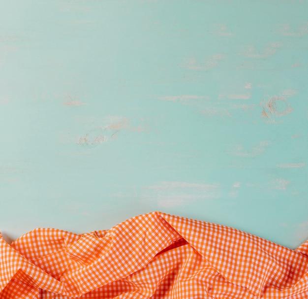 W kratkę tablecloth na błękitnym tle