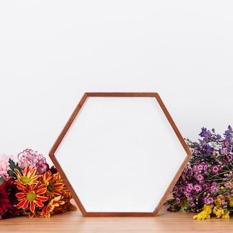W kształcie ramki na obraz wśród kwiatów