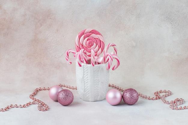 W kubku świątecznych słodyczy, kulek i koralików